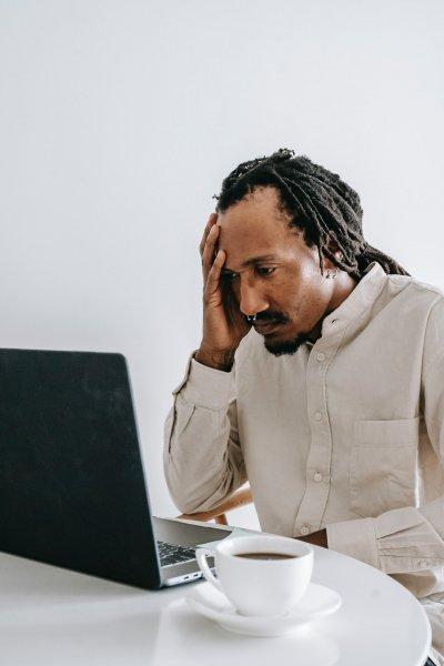 Una persona preocupada porque su negocio no está online