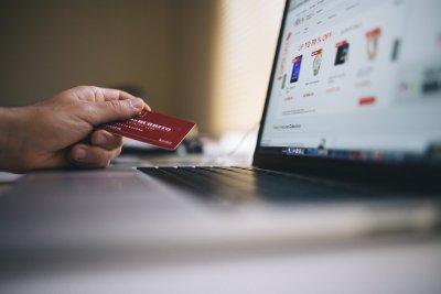 persona lista para comprar en un website