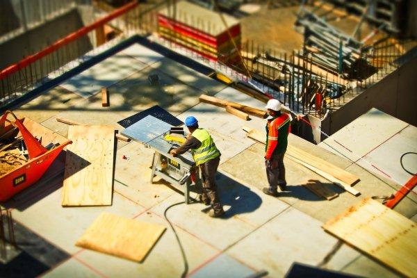 El dueño en el area de trabajo supervisando a sus trabajadores para asegurarse de que todo esté en control.